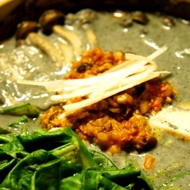 肉なしでも濃厚、ピリ辛黒胡麻坦々豆乳鍋は