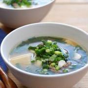 ニラと豆腐の中華風スープ。(米粉で濃度)とトマトチキン再び、の晩ごはん。