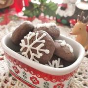 クリスマスに♪雪の結晶模様をつけた 米粉と米油のジンジャーチョコクッキー