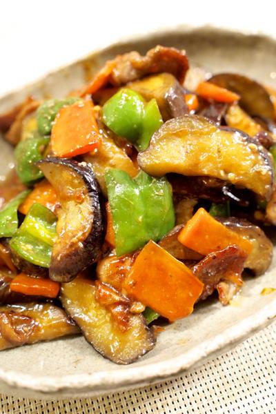【和食】「ピリ辛☆なすとピーマンの肉味噌炒め」&浅漬けきゅうりの塩こんぶのせで晩ごはん。