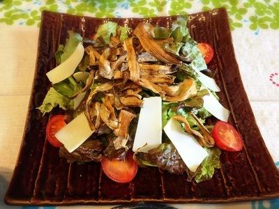 カリカリごぼうとコンテチーズのサラダ