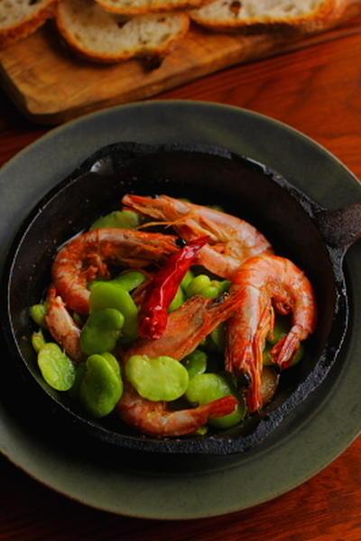 車海老とそら豆のアヒージョ(にんにくオイル煮)