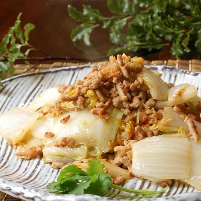 しましまの皿に盛られた白菜と豚ひき肉のだし炒め