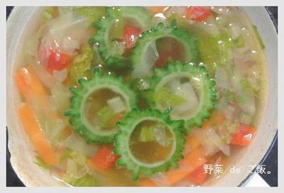 野菜たっぷり♪ゴーヤの夏スープ。