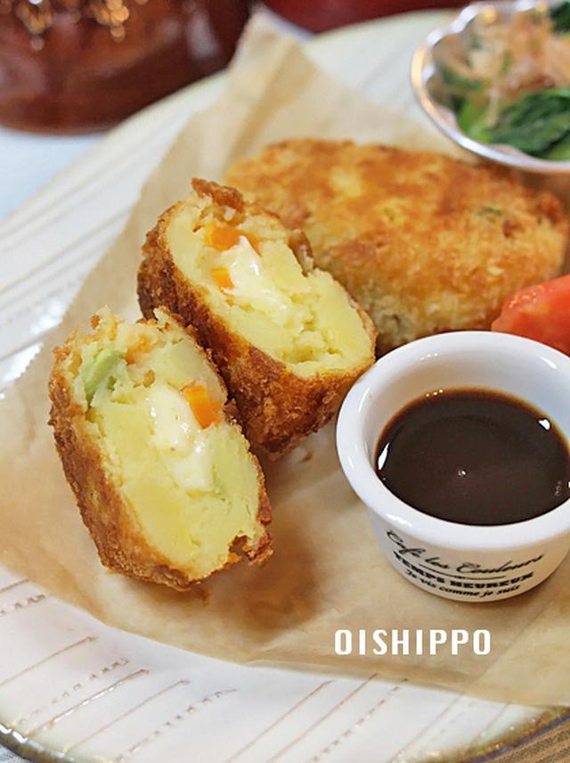 白いお皿に盛られた揚げ焼きチーズコロッケ