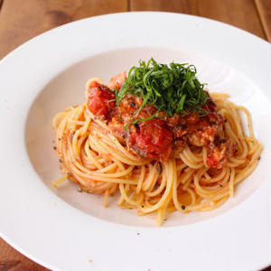 かんたんなのに旨みたっぷり!サバ缶で作るお手軽トマトパスタ