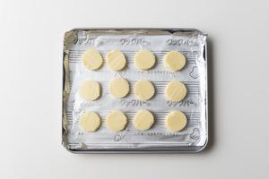 5、8mm幅に切ってアルミホイルの上に並べ、トースターで1~2分、クッキーが溶けそうになるまで焼く。...