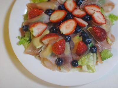 バケットで味わう 生ハムのフルーツサラダ