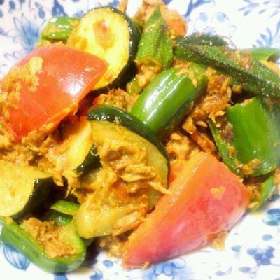 ツナとカレー粉で夏野菜炒め しっとりズッキーニ