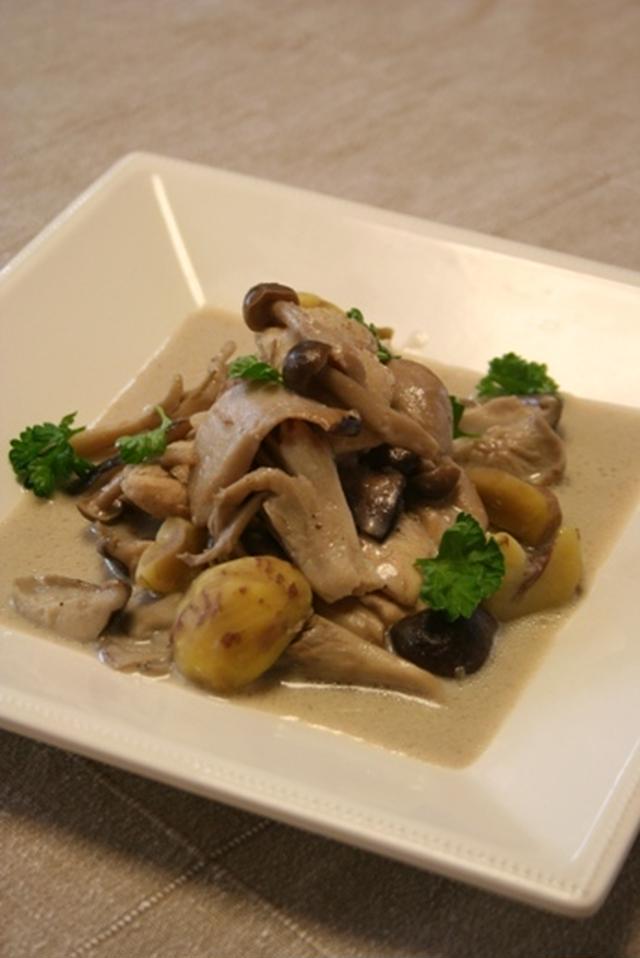 白いお皿に盛られた栗とキノコのチキンフリカッセ