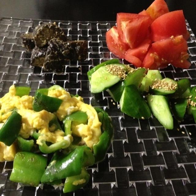 茄子の味噌炒め、ピーマンと卵の塩炒め、トマト、きゅうり、とうもろこし