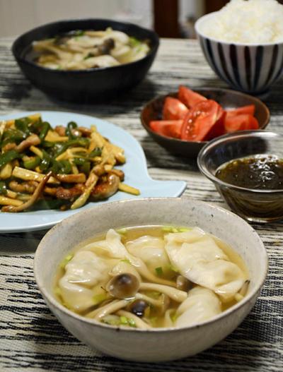 青椒肉絲とスープ餃子。