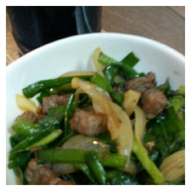 【3行!お弁当のおかずレシピ】牛肉とにらの醤油麹炒め