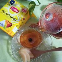 「リプトン イエローラベル ティーバッグ」で、花びらをあしらった桃のホットティー