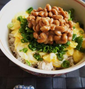 久々、朝食は簡単に和食♪朝の納豆卵のせご飯♪
