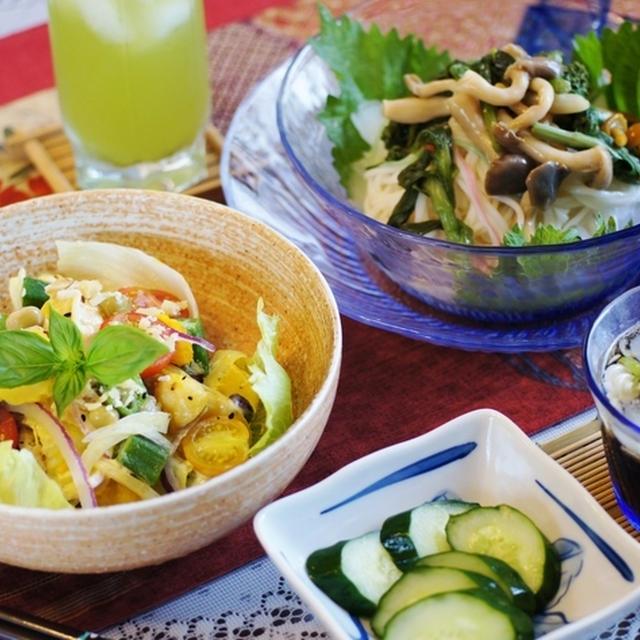 【昼ご飯は 美味しいサラダときのこ冷麦でした♪】一人ご飯です。