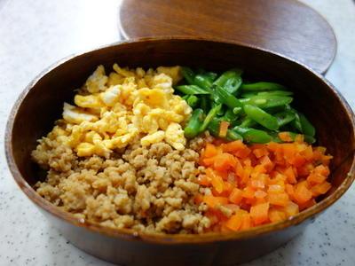 四色鶏そぼろ弁当&新玉葱のおかかサラダ