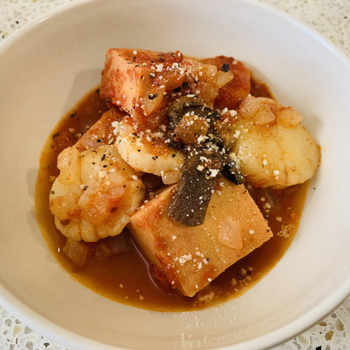 粉チーズを振りかけたホタテと高野豆腐のトマト煮
