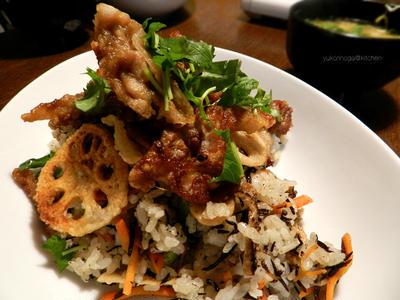 (桶がなくても酢飯を美味しく作れる方法)ヒジキちらし寿司のカリカリ豚のせ