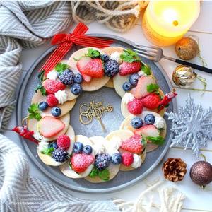 まぁるく並べて華やかに♪クリスマスの朝に食べたい「#リースパンケーキ」