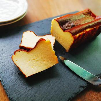レアでもベイクドでもない!絶品バスクチーズケーキレシピ(パウンド型)