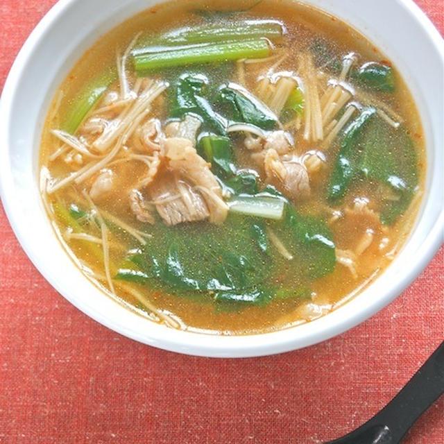 簡単&具沢山&減塩のおかずスープ2種〜えのきと小松菜の肉スープと水餃子と水菜のスープ。