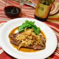 新たまねぎマリネソースのステーキ。甘くてシャキシャキ、旬を楽しむおつまみ。