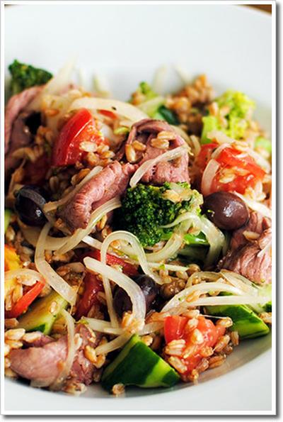 スペルト小麦とローストビーフ、トマト、タマネギ、きゅうり、ブロッコリー、オリーブのサラダ