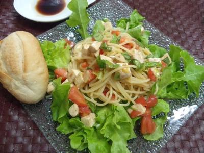 【献立】トマトとモッツァレラチーズのサラダ風冷製パスタ、パン