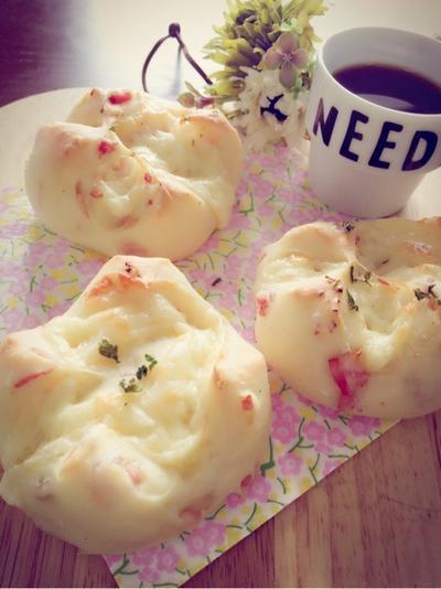 ベーコンとチーズのパン。とお茶好きな娘たち。