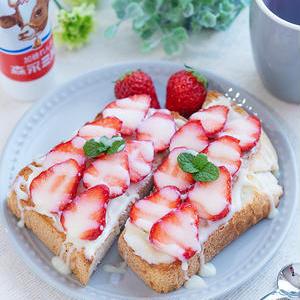 プチリッチな朝ごはん!「クリームチーズ×フルーツ」のスイーツトースト
