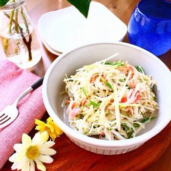 かかえてわしわし食べたくなる! かんたん5分のやみつき常備菜、水菜とカニかまのデリ風おかずサラダ。