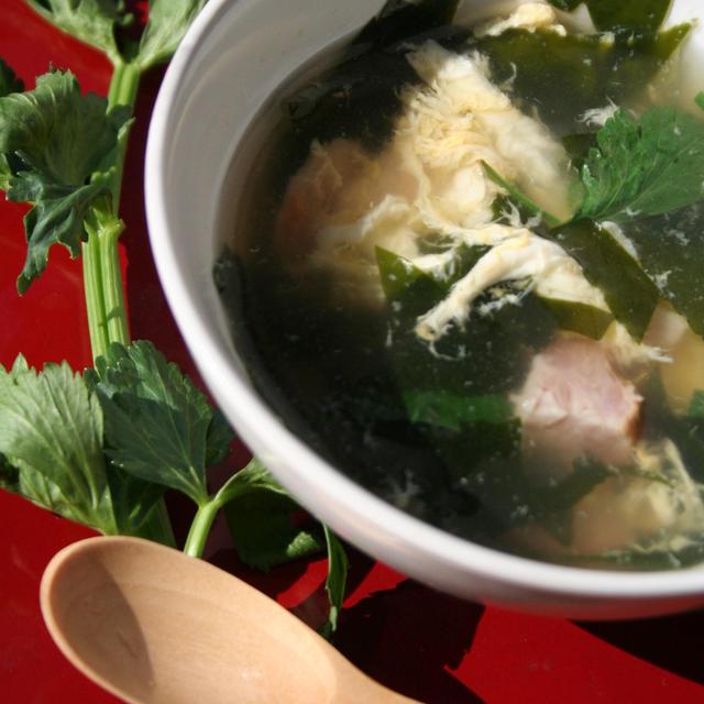 朝の目覚めに「リーフセロリとわかめのスープ」