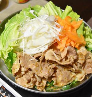 ごま香るキャベツと豚肉の味噌鍋。お得な豚こまを使って安上がりでおいしいお鍋。