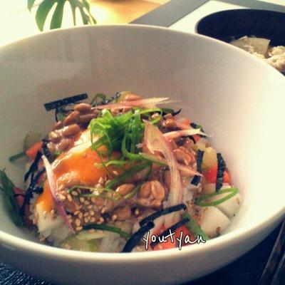 納豆ご飯 人参、大根、セロリ、茗荷のぬか漬けと卵
