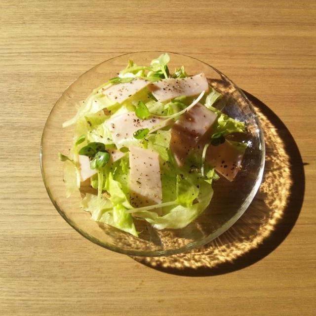調味酢でドレッシング、レタスとハムのサラダ