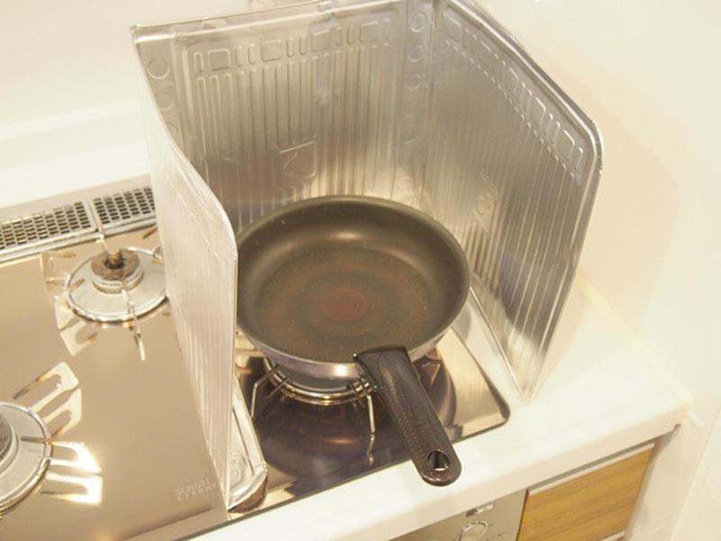 スーパーなどですぐ手に入るアルミガードを活用して調理中のフライパンの周りを囲うと、床や壁への油の飛び...