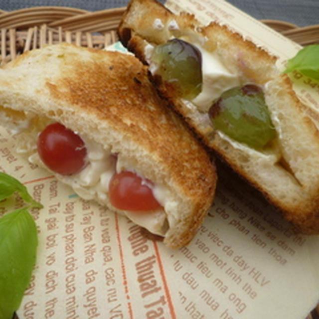 ぶどう&トマトのクリームチーズサンド