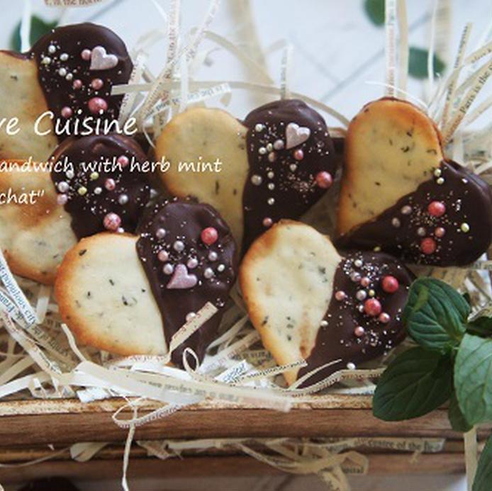 カゴに盛られている、チョコミントのラングドシャ