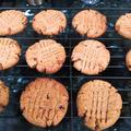 材料4つ、1ボウルで、ピーナッツバタークッキー