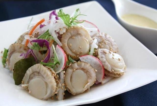 白いお皿に盛られたベビーホタテと大根のサラダ