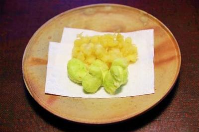 小柱とそら豆の天ぷら と 鶏とにんにくの芽のレモン炒め