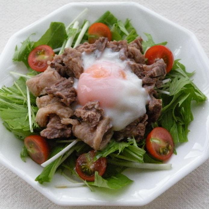 白い皿に盛られた、牛すじと水菜のサラダ