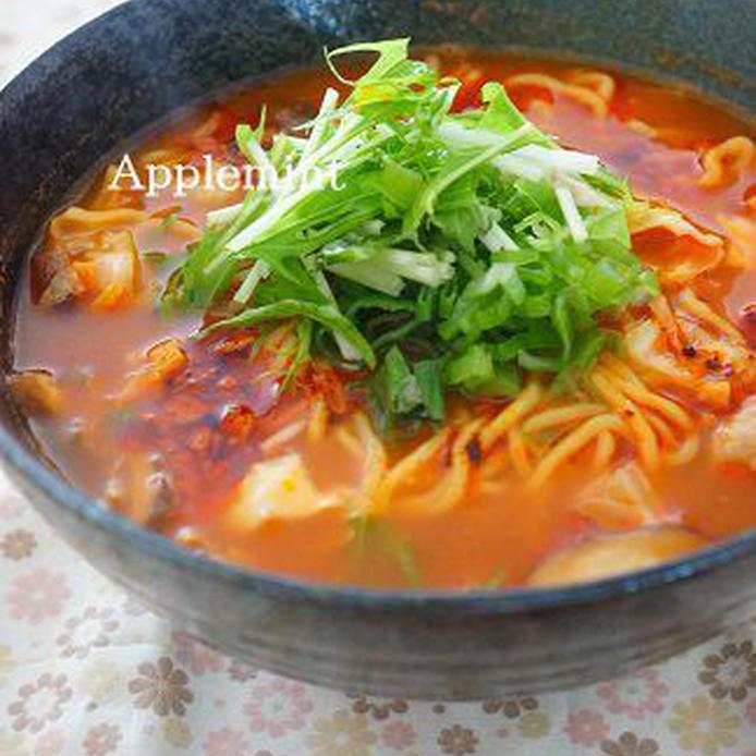 黒い丼に盛られたトマト風味のサンラータン麺