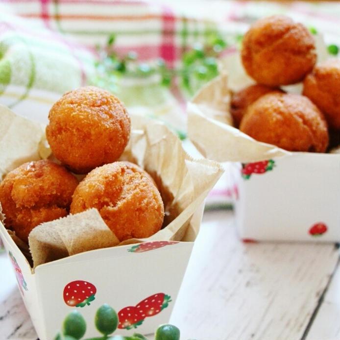 いちご柄のボックスに入ったおからドーナツが並んでいる