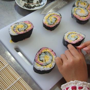 切ったら現れる絵や綺麗な模様に感動!子供向け飾り巻き寿司作り♪