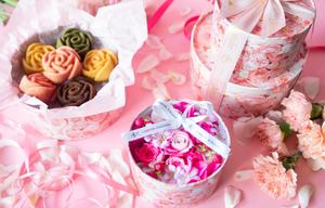 日比谷花壇のオリジナルボックスと、モンシェールの華やかなバラのフィナンシェがセットになった、母の日限...