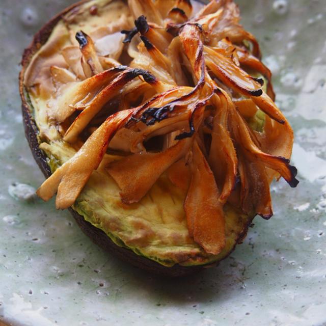 しょうゆ舞茸の焼きアボカド