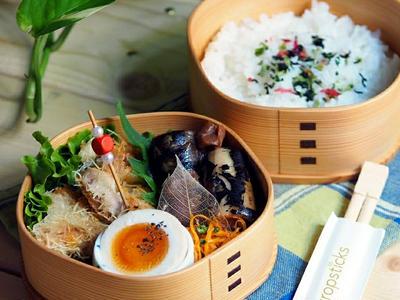 >10月18日 鶏もも肉のカダイフ包焼き弁当 と 本格キャロットラペのレシピ by コウタ&*Ryo*さん