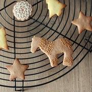 ケーキクーラーとアイシングクッキー